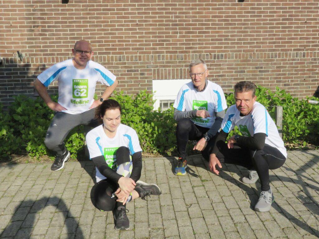 Het team Lifelinerunners dat in het pinksterweekend 180 km in estafette loopt.